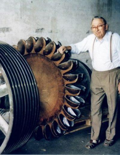 Bartholomäus Stricker vor Turbine
